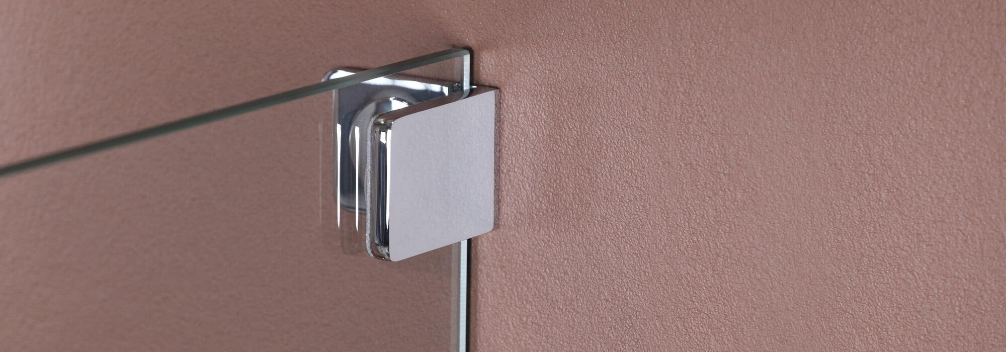 Sprinz bietet verschiedene Möglichkeiten, um eine Glasdusche an der Wand zu befestigen, beispielsweise mit einem Wandwinkel