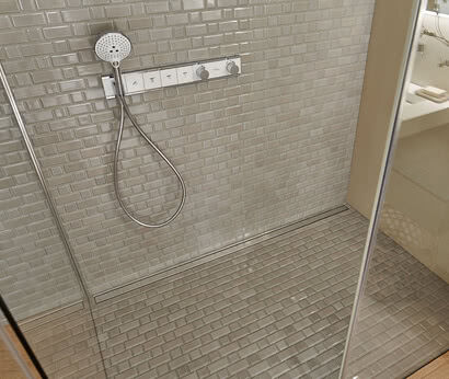 Fortuna shower with flush-mounted profile in glass detail and Renovation Deluxe Style