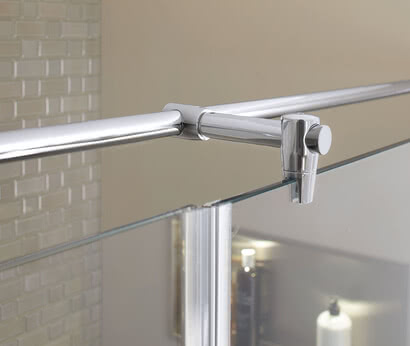 Fortuna shower with flush-mounted profile and stabilizing bar from glass side in Renovation Deluxe Style