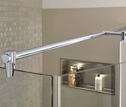 Fortuna shower with flush-mounted profile and stabilizing bar in Renovation Deluxe Style