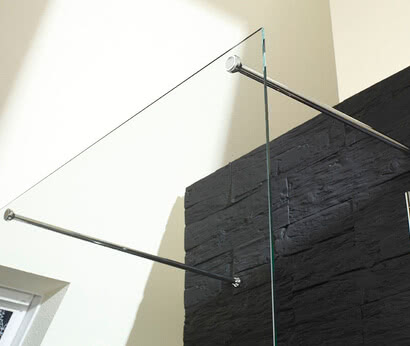 Inloop shower: free-standing pane with screw-on stabilizing bars, flush on the outside for fast, easy cleaning