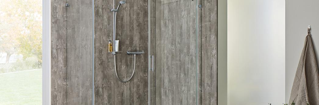 Opalin S Dusche mit Rückwand System Basic und geöffneter Schiebetür