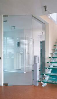 Ganzglasanlage als transparente 135°-Lösung