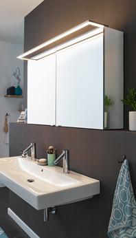 Mit der GLSR-Leuchte als Aufsatzleuchte für den Spiegelschrank kommt das Licht optimal von oben.