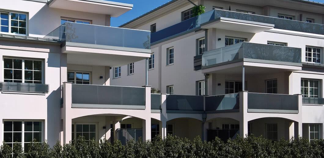 SPRINZ Balkonsystem eingespannte Bruestungsverglasung.jpg