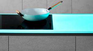 SPRINZ Küchenrückwand und Arbeitsplatte aus Glas mit blauer Beleuchtung