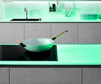 SPRINZ Küchenrückwand und Arbeitsplatte aus Glas mit grüner Beleuchtung