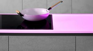 SPRINZ Küchenrückwand und Arbeitsplatte aus Glas mit pinker Beleuchtung