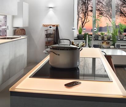 SPRINZ Küchenarbeitsplatte aus Glas in herbstlicher Stimmung dank Beleuchtung