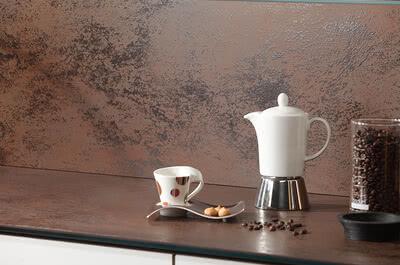 SPRINZ Porzellankeramik Arbeitsplatte Rueckwand OxidMoro Kaffekanne web.jpg