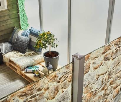SPRINZ HyggeOutdoorFeeling Sichtschutz SystemCompact Motiv Steinmauer Efeuranke von oben web.jpg
