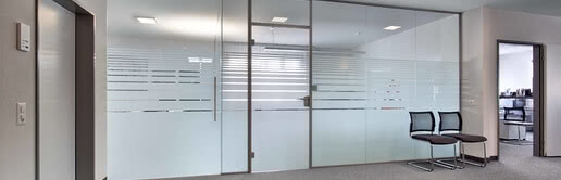 Die Aluzarge 100 eignet sich für helle Büros. Mit Siebdruck bietet sie einen Sichtschutz, ohne den Raum einzuengen.