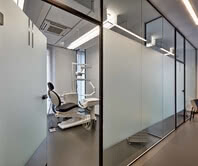 The screen print in matt white on clear glass and Aluzarge 100 ensure sufficient privacy in the treatment room