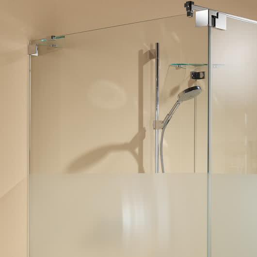 Omega Dusche mit der filigranen Wandbefestigung von Sprinz