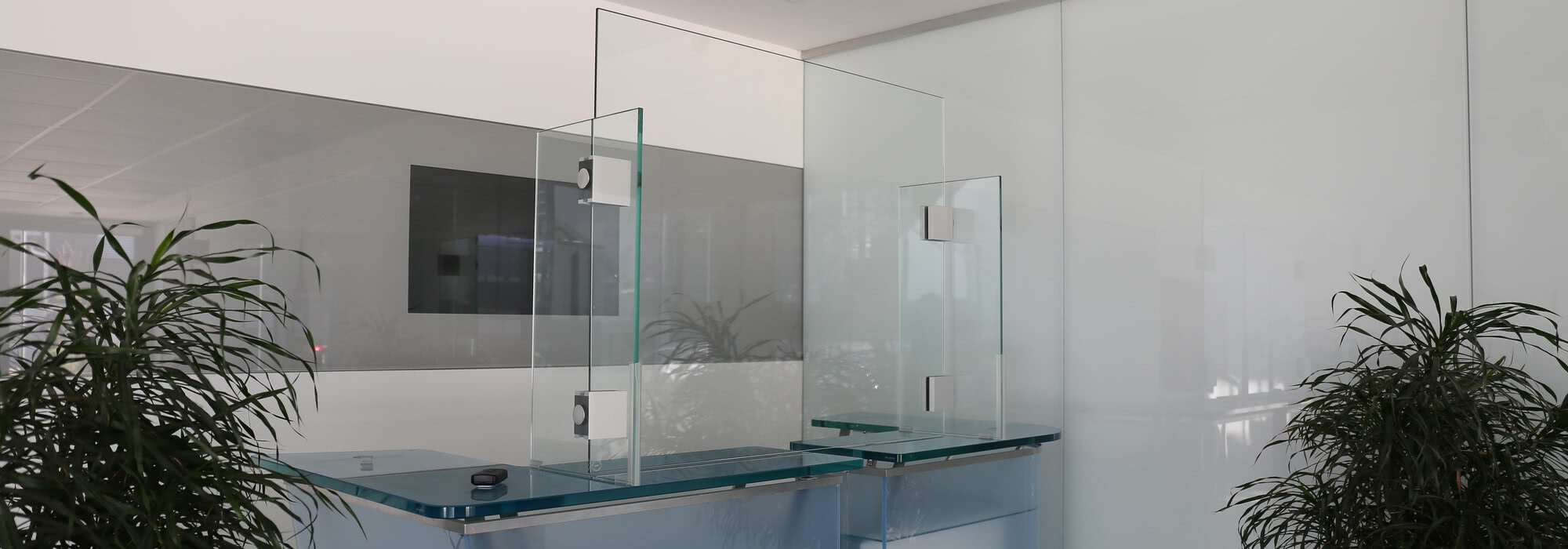 Der Thekenschutz von SPRINZ ist aus Glas und ist auch als Aufsatz mit Bodenöffnung als Durchreiche erhältlich.