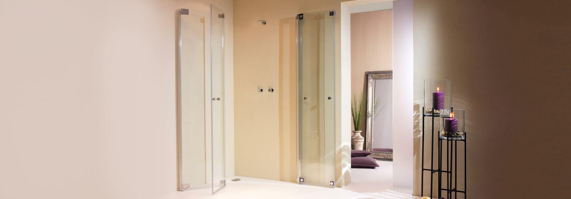 Faltbare Duschkabinen ermöglichen eine vollständige Raumnutzung. Bei Bedarf wird die Glastür zur Seite geklappt.