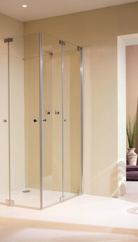 Omega Plus mit einer faltbaren Duschwand. Die zwei Seitenwände können an die Wand gefaltet werden.