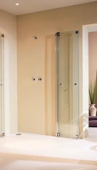 Klappbare Dusche: Die Omega Plus ist eine zur Seite faltbare Dusche aus Glas