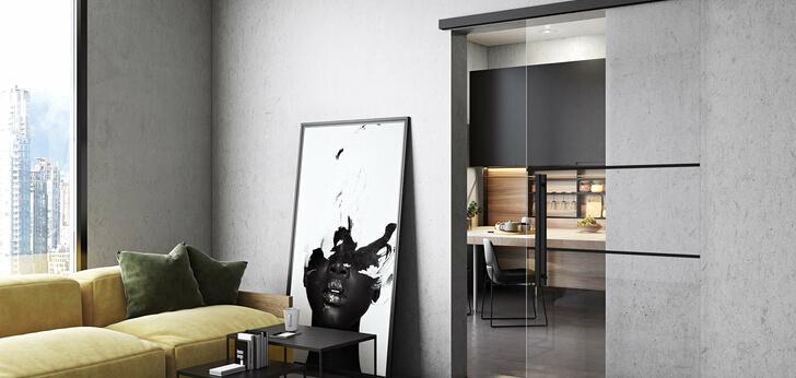 Motion 1300 Glasschiebetür mit schwarzen Beschlägen und Motiv Lichtenau