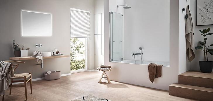 Glasdusche Omega Plus als Badewannenaufsatz, an die Wand geklappt