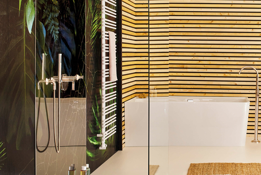 Inloop glass shower as a free-standing pane with stabilizing bar