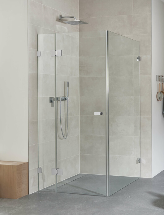 Granat glass shower with powerful fittings