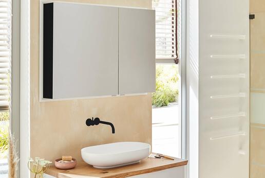 Spiegelschrank Modern-Line von SPRINZ: Die seitlichen Elemente des Spiegels gestalten Sie in schwarz, weiß oder verspiegelt.