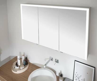 Bei der Elegant-Line 2.0 sorgt ein integriertes dreiseitiges Lichtband für die perfekte Beleuchtung im Bad.