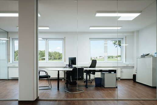 SPRINZ Aluzarge 100 in clear glass as an office partition