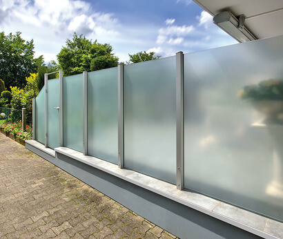 Exterior view of the Premium post system with glass elements from SPRINZ