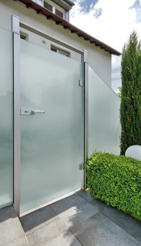 Revolving door of the glass privacy fence from SPRINZ